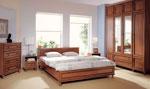 Стилен поръчков дизайн за спалня с гардероб до тавана в стил 60-те години