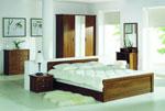 Индивидуален дизайн за спалня в бяло и кафяво с удължена табла на леглото